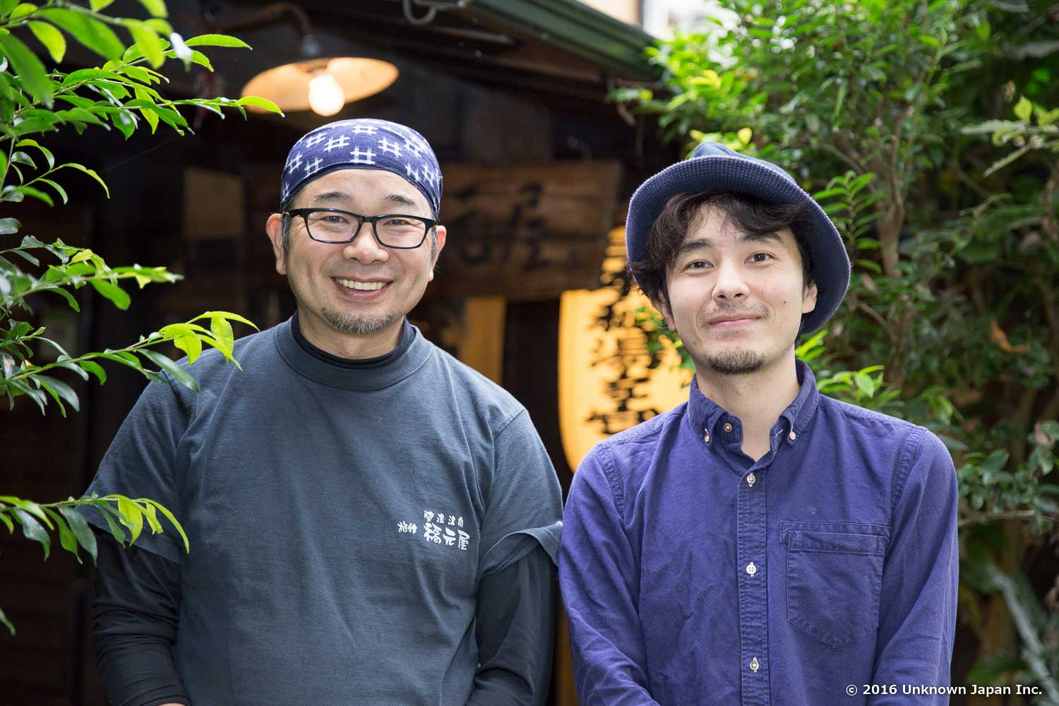 With the owner  Eisaku , in front of the entrance