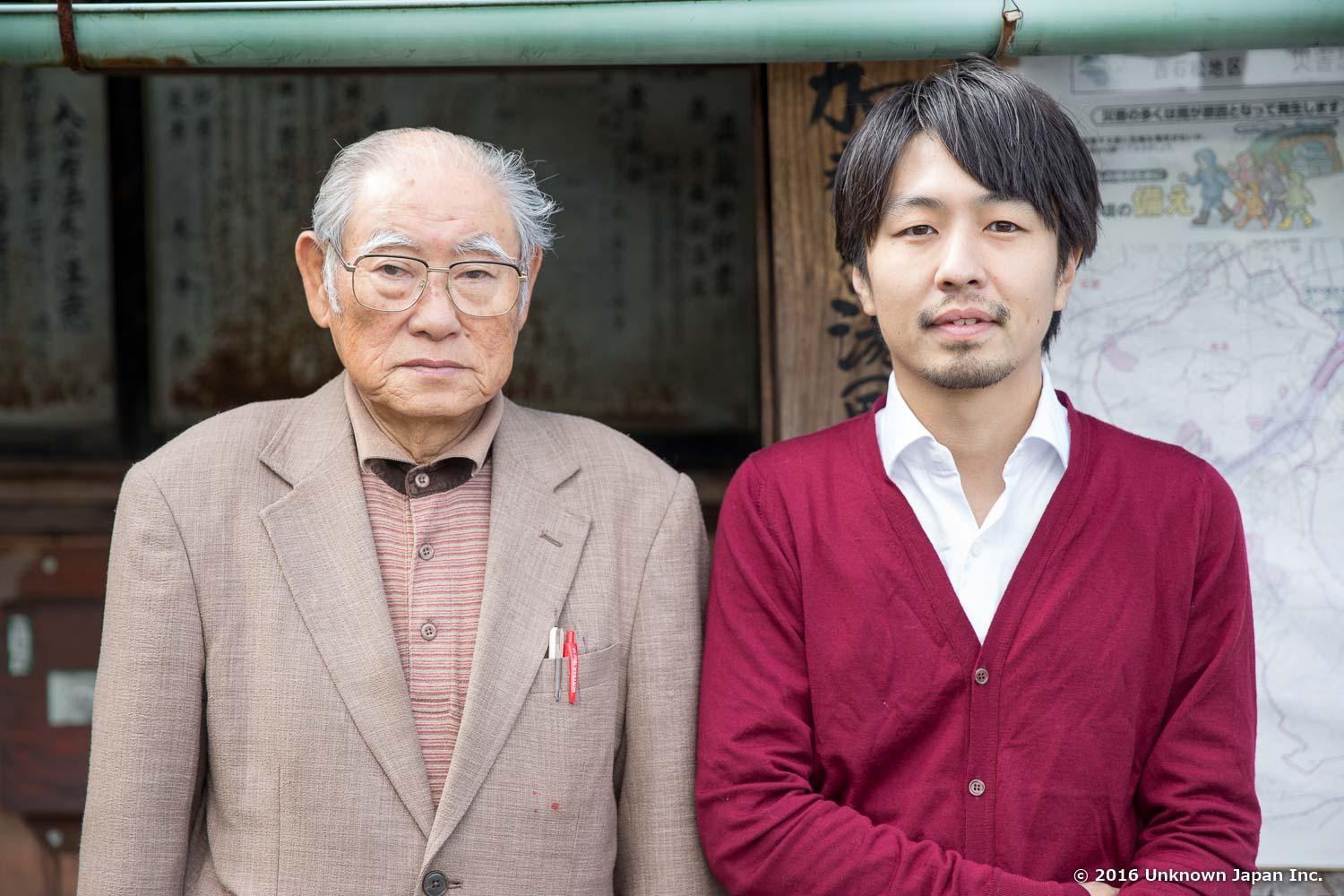 With the manager  Hideo , in front of the entrance