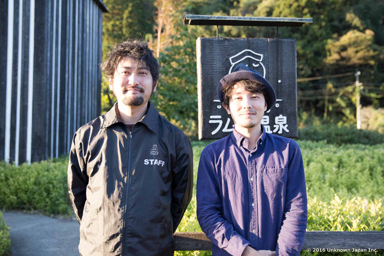 With the manager  Kyosuke , in front of the entrance