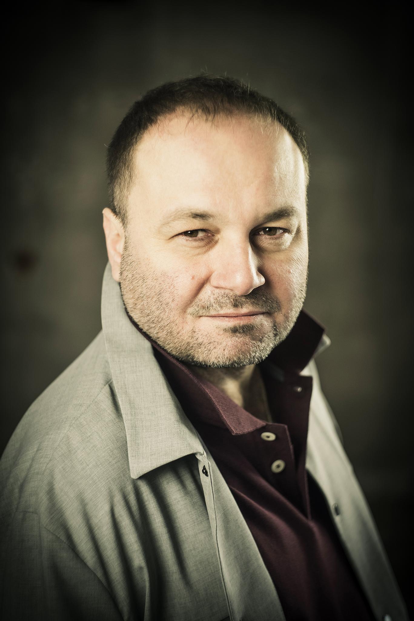 Janusz Kaczmarski - Janusz Kaczmarski studiował w PWSFTviT. Od roku 2001 pracuje na Scenie Polskiej teatru w Czeskim Cieszynie.Zagrał wiele ról telewizyjnych i filmowych. W 2012 otrzymałnagrodę im. Leny Starke za rolę Stanisława Wokulskiego w spektaklu