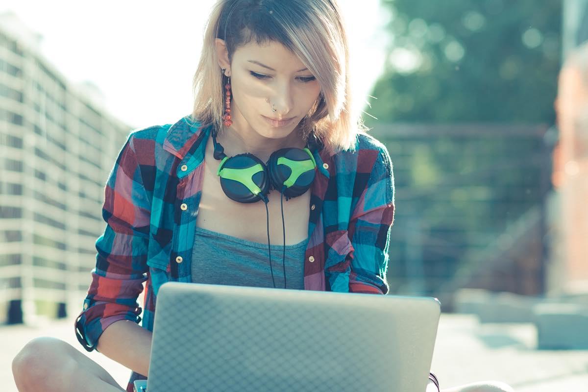 Pasar sólo dos horas frente a un dispositivo digital puede causar fatiga visual y desgaste.