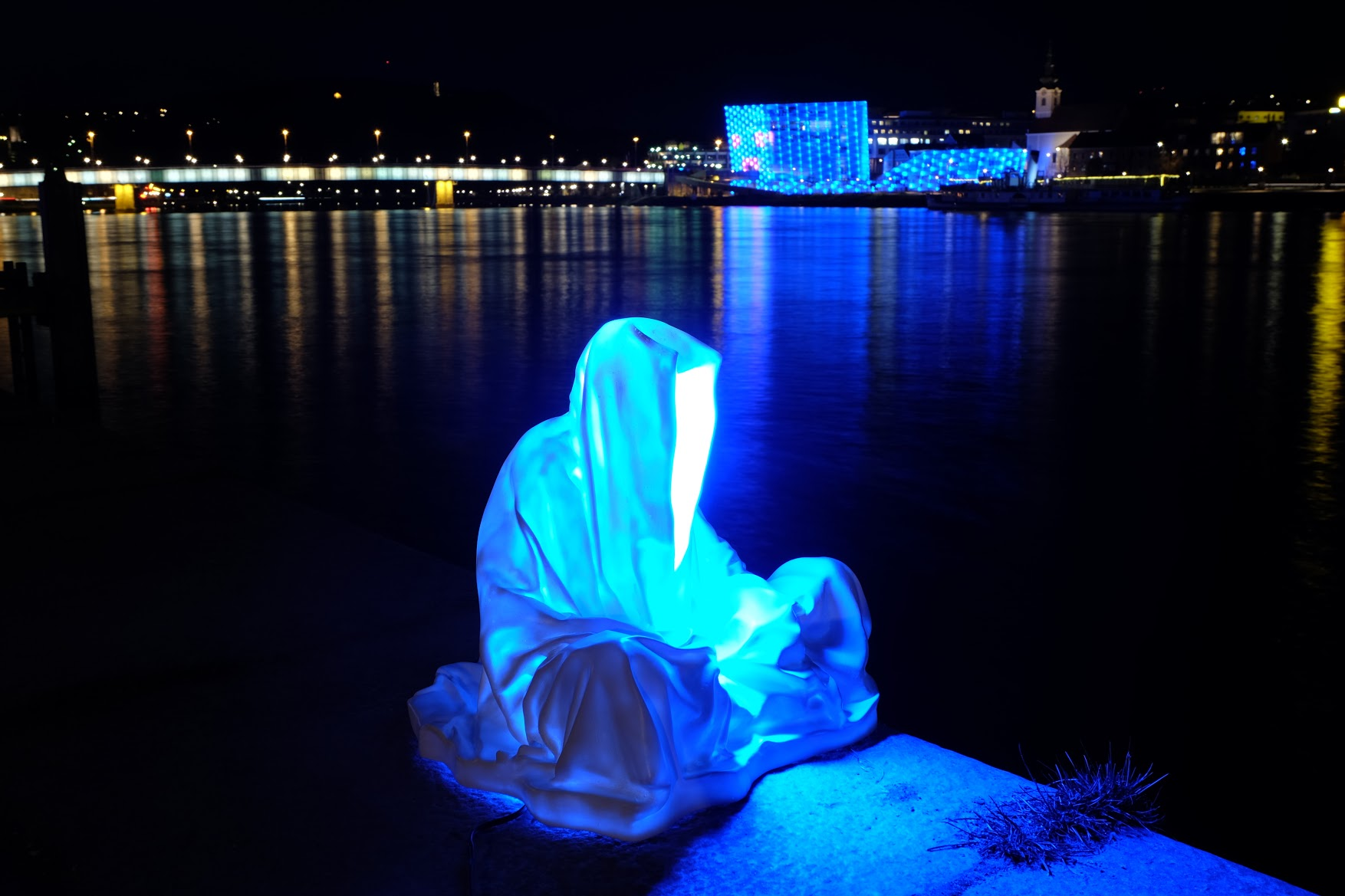 guardians-of-time-manfred-kielnhofer-linz-light-art-contemporary-art-sculpture-statue-modern-design-lamp-light-lumina-1792.jpg