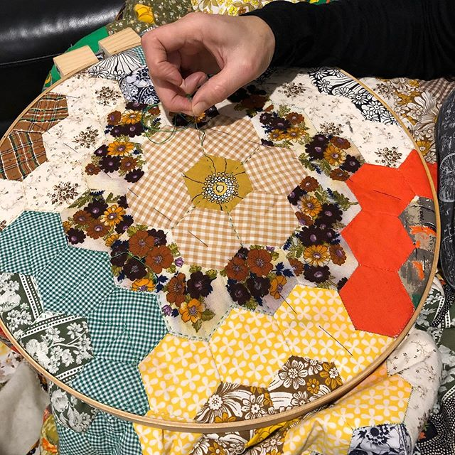 #quilting the #grandmothersflowergarden #slowstitch finishing a quilt started by Lucy Bessant in the #1970s  #vintagefabric #patchwork#ladyprojects