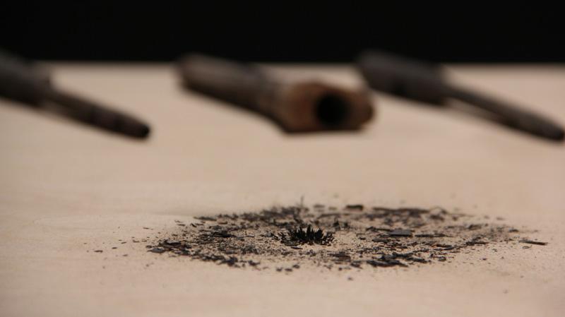 Lo único que queda / Instalación (Implantes metálicos rescatados de un crematorio, partículas metálicas cremadas, imanes, mecanismos, sensor) / 2013