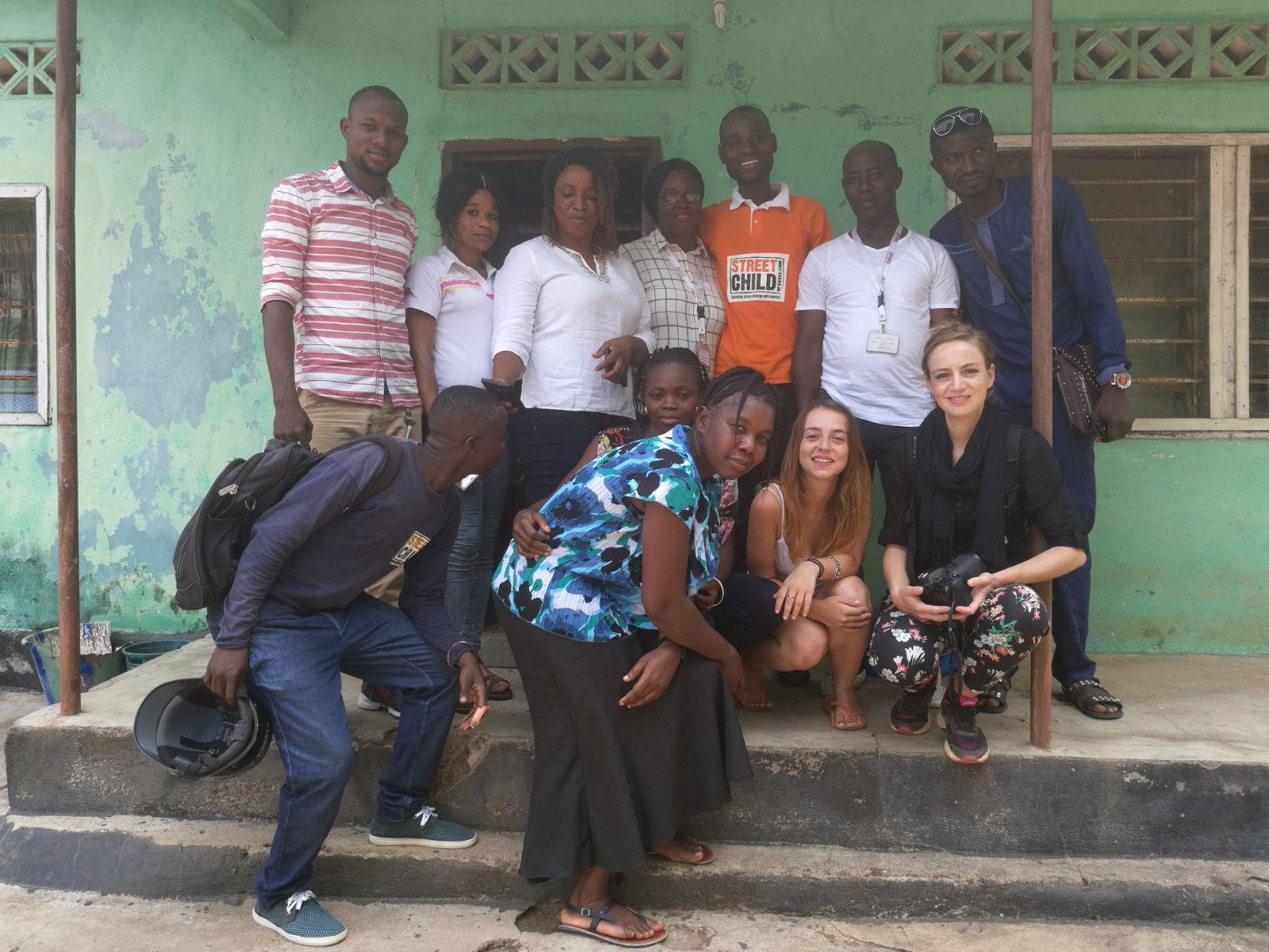 Vous pouvez voir Mavi accroupie à gauche de Marie - avec l'équipe de Street Child à Makeni, Sierra Leone.