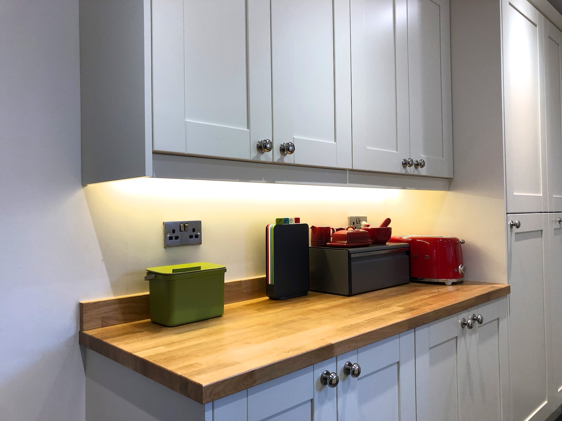 Smooth white shaker kitchen in Reading 1007.jpg