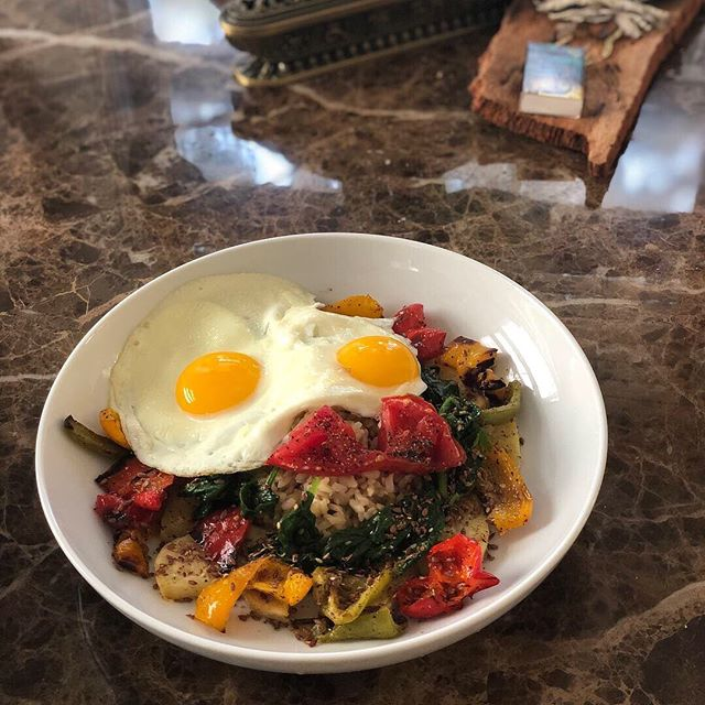 In honor of my new podcast (@inourbelly), I've created this delicious 'Belly of the Beast' brunch bowl. It's layered with flavors, packed with proteins and omegas, and a balance of all three macros. Brown rice cooked with homemade chicken broth, roasted sweet potatoes and peppers, sautéed spinach with sesame seeds and a touch of soy sauce, baked heirloom tomatoes, fried eggs, hand-crushed flax seed and a peanut, lime, chili sesame oil drizzle. Feel good, eat good. ♥️💪🏽🎙