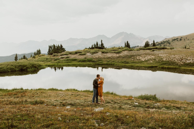 colorado-mountain-top-unposed-engagements-15.jpg