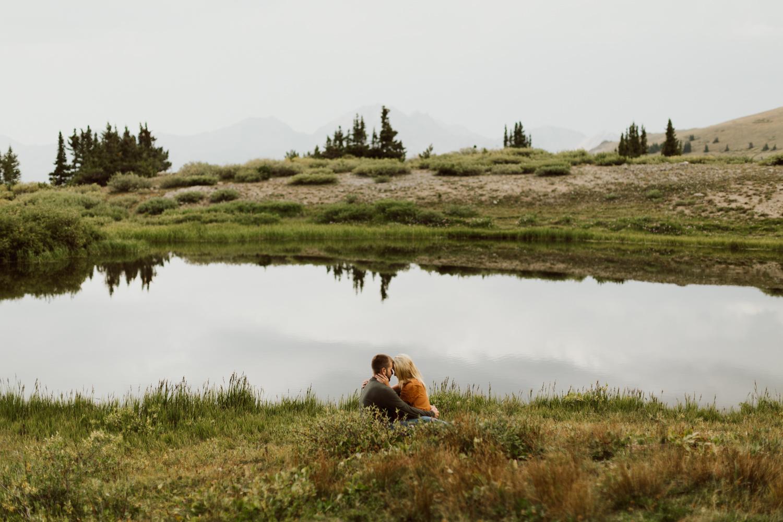 colorado-mountain-top-unposed-engagements-23.jpg