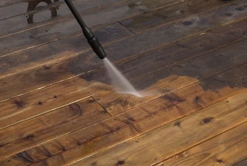 Lavage À Pression    Les saletés supplémentaires peuvent persister sur vos surfaces extérieures. En utilisant un détergent puissant et un nettoyeur haute pression, nous allons éliminer des années de saleté sans nuire à vos surfaces.