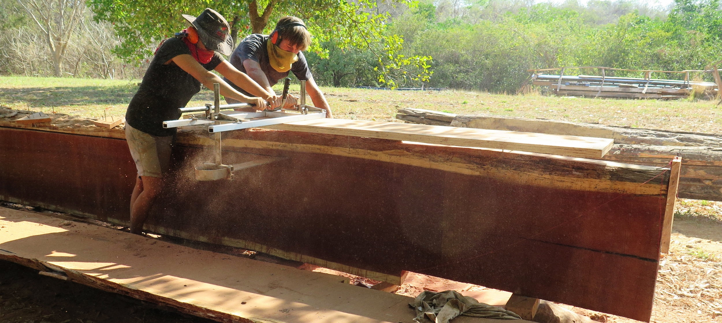 Lucie & Melle sawing up Tamarindo del Monte at the shipyard in Cocoroca, Punta Morales.