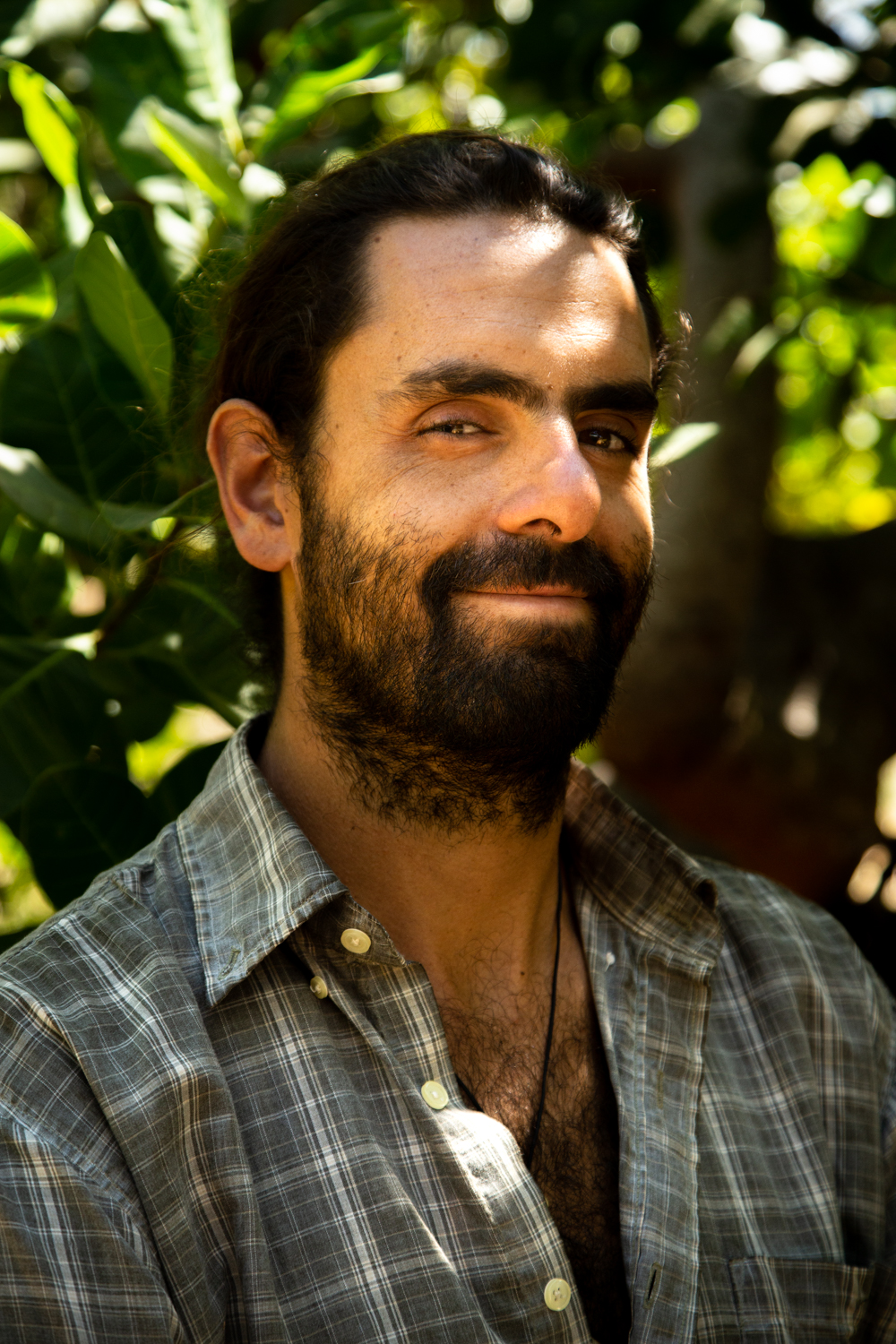JOAQUÍN CARBONI (AR) | Coming from a bit closer to home, Joaquín is from Buenos Aires, Argentina and joined the Ceiba project on and off between September 2018 and January 2019. Before arriving at the shipyard, Joaquin had been traveling and working extensively in Central and South America and has been involved with many interesting ventures in the sailing and diving world as well as elsewhere, before bringing his wisdom to the yard and helping in particular with the evolution of the food forest and tree-planting projects. He is well-known for his particular love of music infused with rice and beans to accompany the fun that are the traditional daily breakfasts of gallo pinto.   Joaquín viene de Buenos Aires, Argentina y se unió al proyecto de Ceiba de manera ininterrumpida entre septiembre de 2018 y enero de 2019. Antes de llegar al astillero, Joaquín había estado viajando y trabajando extensamente en América Central y del Sur y participó en muchas empresas interesantes en el mundo de la vela y el buceo, así como en otros lugares, antes de llevar su conocimiento al astillero y ayudar en particular con la evolución del bosque de alimentos y los proyectos de plantación de árboles. Es bien conocido por su amor particular por la música con arroz y frijoles para acompañar la diversión que son los tradicionales desayunos de gallo pinto.
