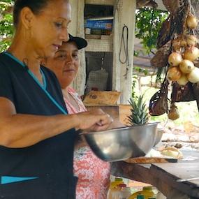 Marisol ya está en la cocina a las 6:30am para satisfacer las papilas de los trabajadores hambrientos.  // Marisol est en cuisine dès 6h30 pour satisfaire les papilles des travailleurs affamés.  Photo by Finn Richardson