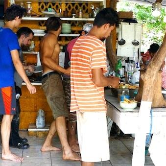 A la hora del gallo pinto, llenamos nuestros platos de las delicias preparadas por Marisol.  // A l'heure du gallo pinto, nous remplissons nos assiettes des délices préparés par Marisol.  Photo by Finn Richardson