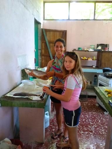 A la cocina con Mariangel : hoy almorzamos corvinas a la parrilla.  // En cuisine avec Mariangel : ce midi c'est courbines en papillotes au feu de bois.  Photo by Raphael Solis