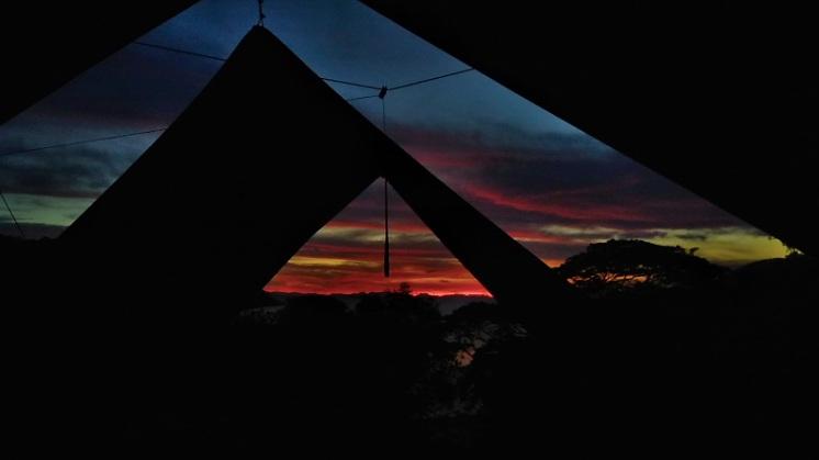 """Cuando el sol juega con las nubes, el cielo se convierte en acuarela.     """"A veces te pareces a estos lindos horizontes. Que encienden los soles de las temporadas nebulosas. Como resplandes, paisaje mojado. Que inflaman los rayos cayendo de un cielo nublado !"""" - Charles Baudelaire, Ciel brouillé    Quand le soleil joue avec les nuages, le ciel devient aquarelle.   """"Tu ressembles parfois à ces beaux horizons. Qu'allument les soleils des brumeuses saisons... Comme tu resplendis, paysage mouillé. Qu'enflamment les rayons tombant d'un ciel brouillé !"""" - Charles Baudelaire, Ciel brouillé    Photo by Alizée Bacquet"""