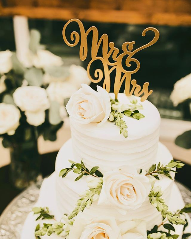 Mmmmmmm looks good🤤 Enjoy an amazing cake by @frenchsbakery at your wedding!  Photo: @cobos.co  Cake : @frenchsbakery