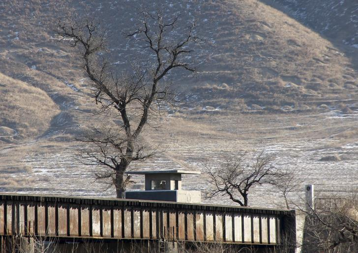 North Korean soldiers in a border guard post are seen from the Chinese side in Tumen, China, January 7, 2016.    © 2016 Reuters