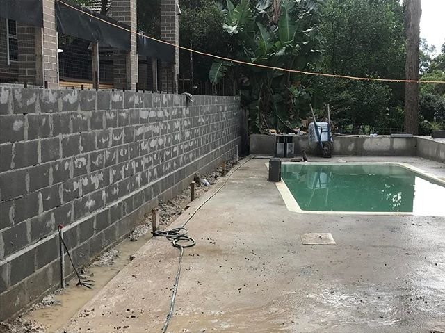 #landscapeconstruction #landscapedesigner #stonecraftgardens #sydneylandscaper #progress #gardendesign Walls are up to height, concrete slabs done. Ready for the weekend!