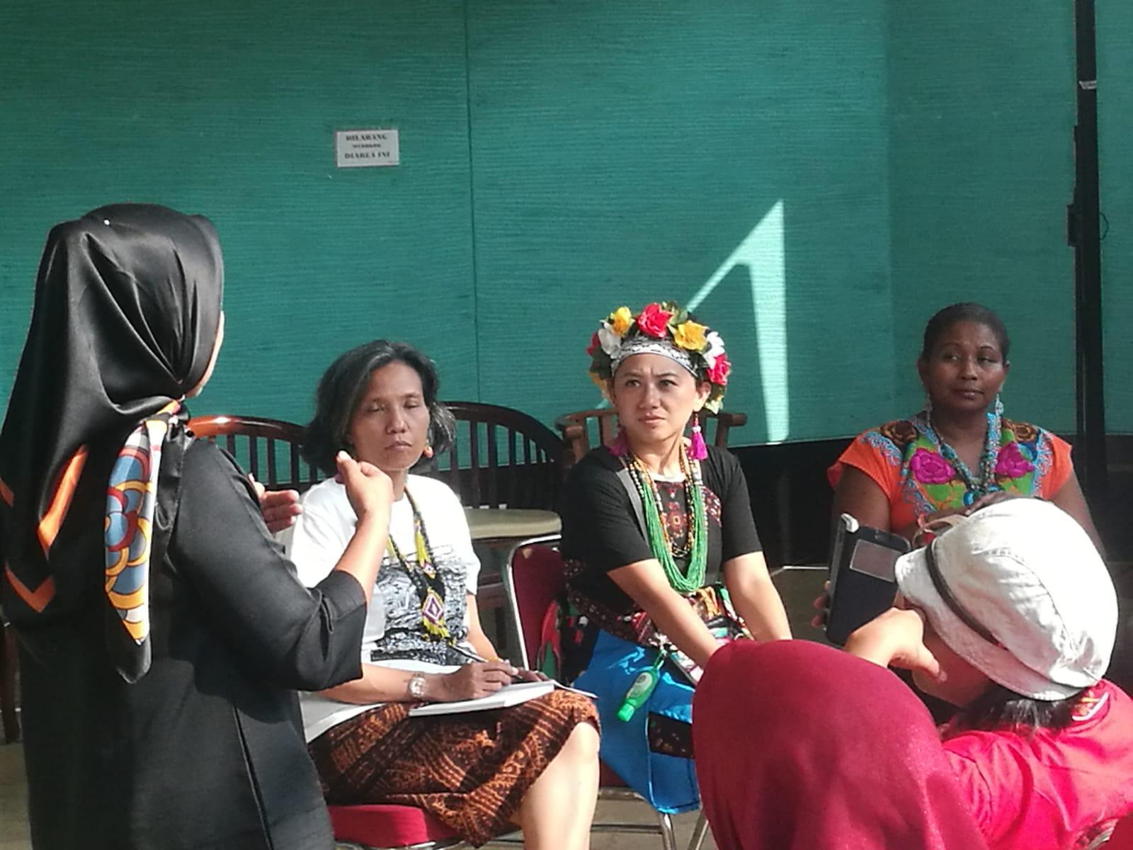 Cándida Dereck (a la derecha) comparte la experiencia organizativa de mujeres mesoamericanas de AMPB en el encuentro de mujeres indígenas de Indonesias de Perempuan AMAN.