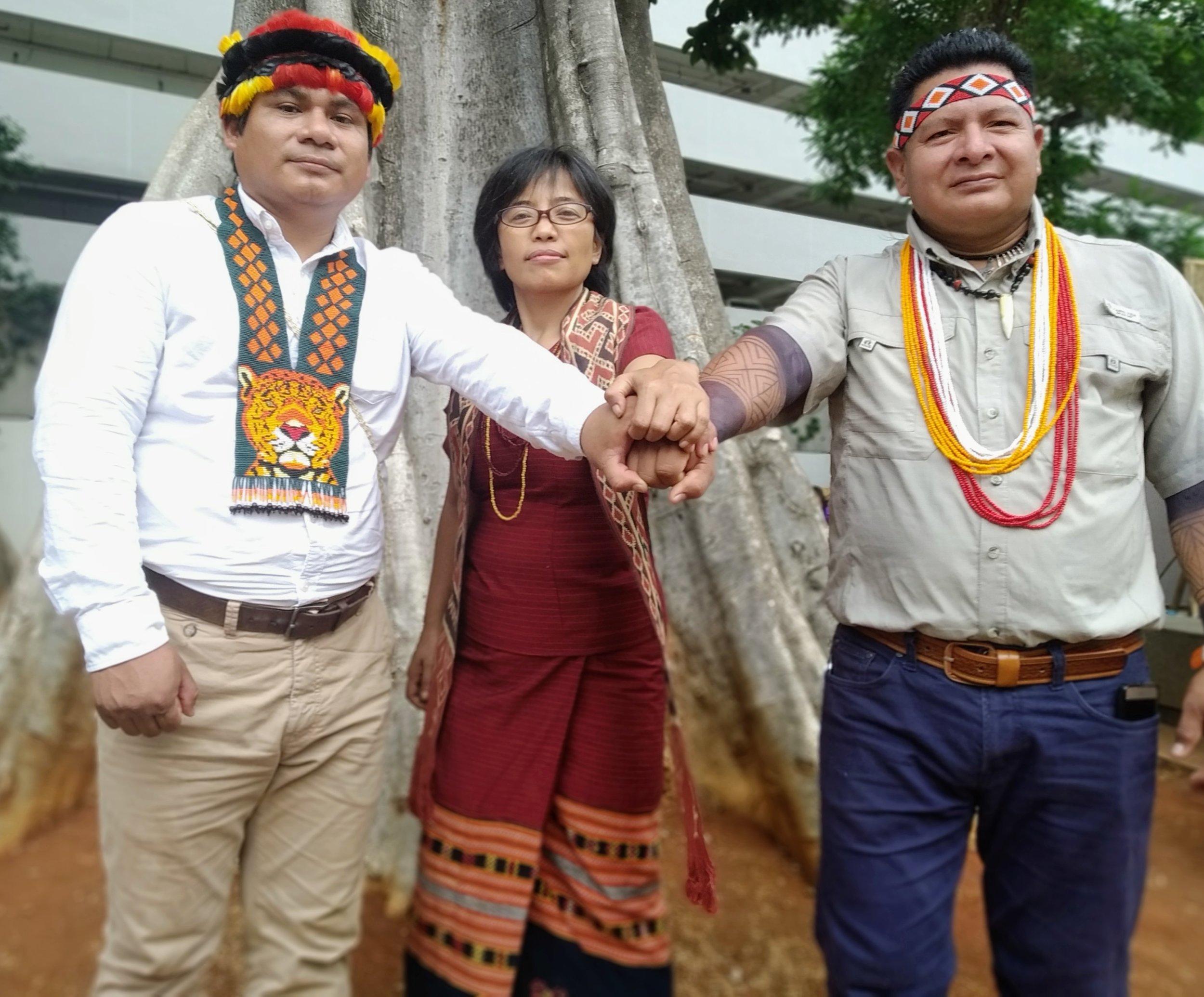 Tuntiak Katan, vice-coordinador de COICA (izquierda), Rukka Sombolinggi, Secretaria General de AMAN, y Cándido Mezúa, Secretario de Asuntos Internacionales de AMPB, reafirman su vínculo de trabajo conjunto en el marco de la Alianza Global de Comunidades Territoriales.