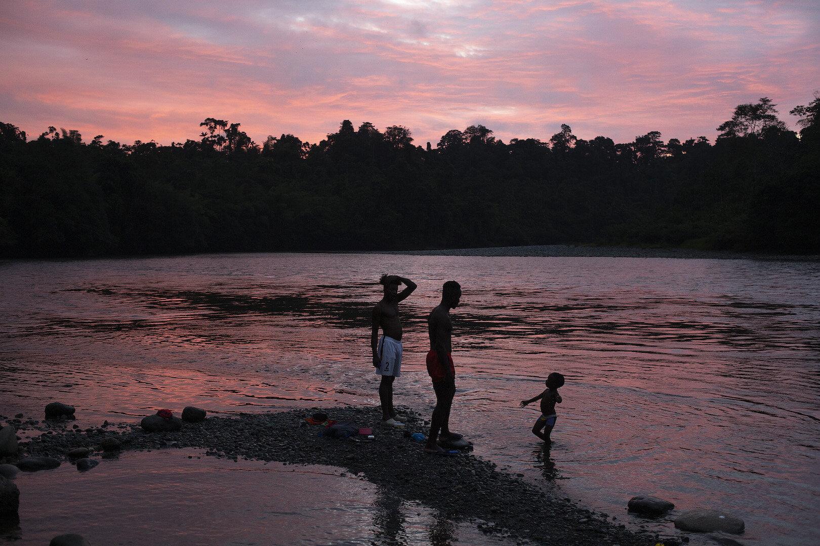Atardecer en Playa de Oro, a orillas del río Santiago. Foto: @EduLeon, Fundación ALDEA, 2019.