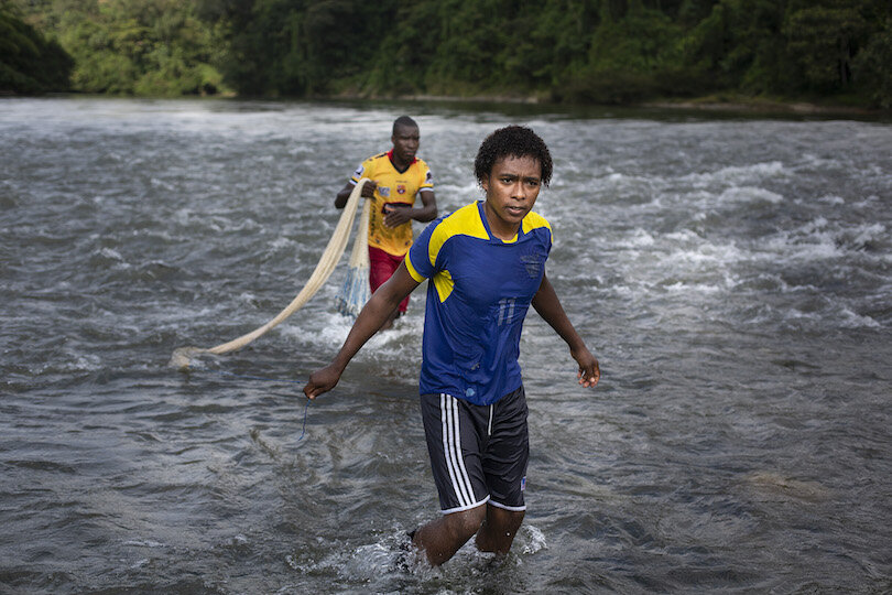 Pesca con atarraya en el río Santiago. Foto: @EduLeon, Fundación ALDEA, 2019.
