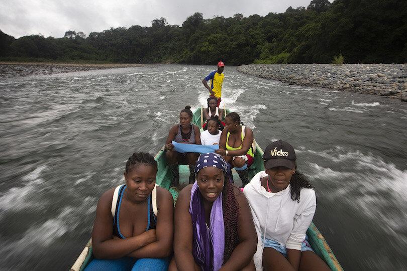 Mujeres de Playa de Oro, recorrido por el territorio. Foto: @EduLeon, Fundación ALDEA, 2019.
