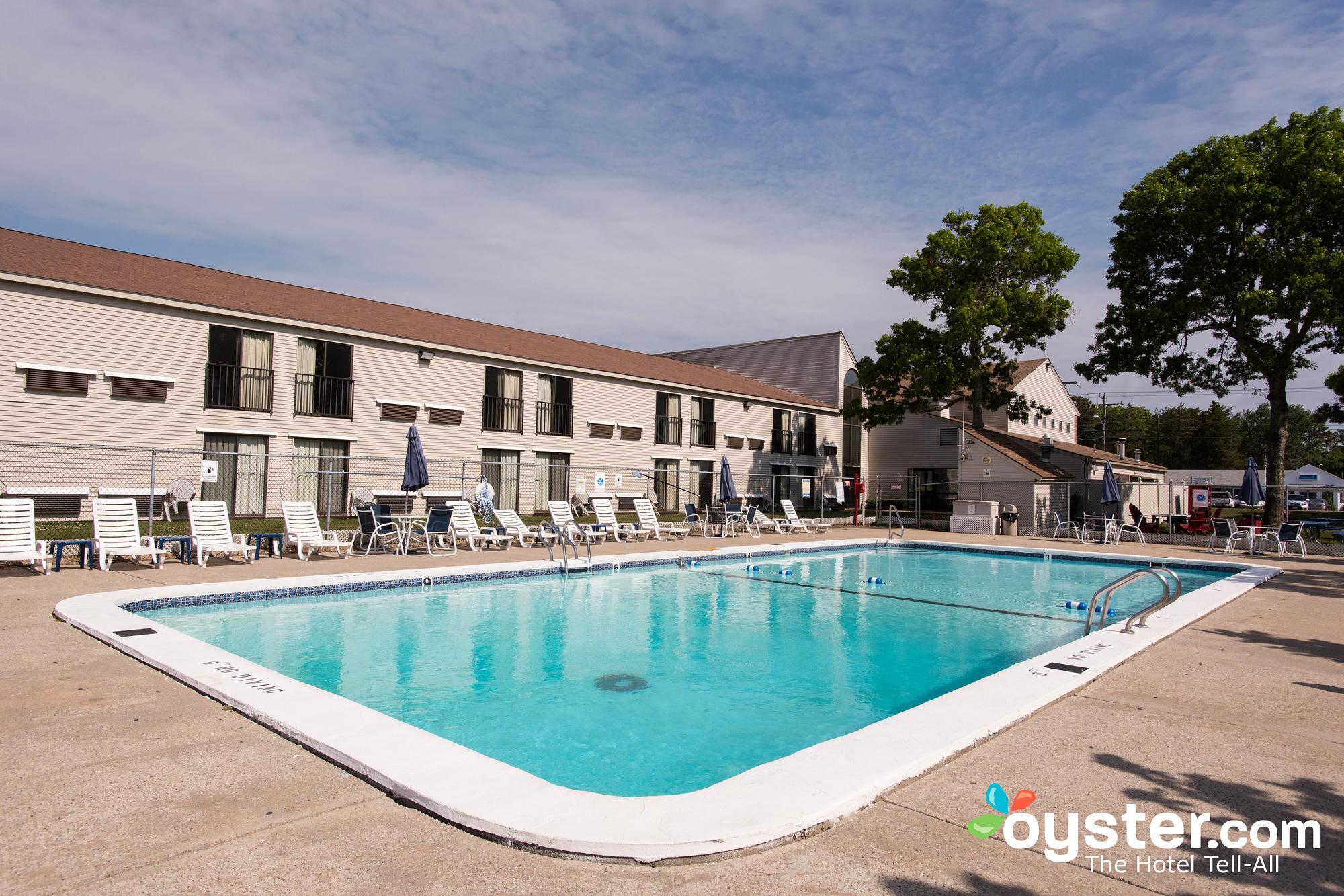 outdoor-pool--v13334086-2000.jpg