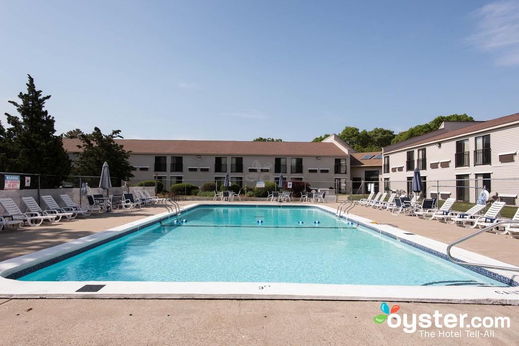 outdoor-pool--v13334069-1024.jpg