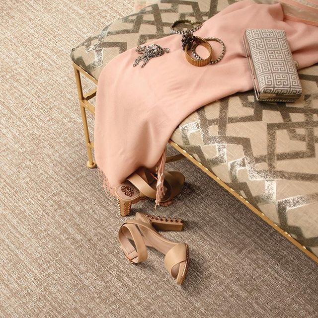 Ready to kick off those shoes and and relax! #tgif #weekendready #friyay #fridayvibes #shoes #shoesoff #relax #fridaymood #interiordesign #carpet #interiors #langcarpet