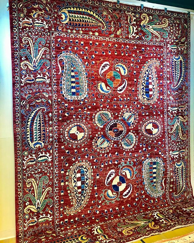 The asymmetry of this rug creates such wonderful visual interest 😍#rugs #ruglove #ruglife #interiors #interiordesign #transitionaldesign #boldandbeautiful #orientalrug . . . . #langcarpet #mainlineinteriordesign #netde #inwilm #phillystyle #delawarehomes #philadelphiadesign #shopsmall #smallbiz #shopdelaware