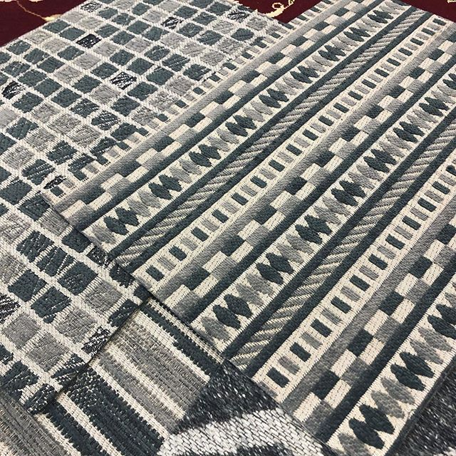 Flat weaves are such a great way to add texture and pattern to a space while maintaining a sleek feel. #livebeautifully #ruglife #interiordesign #interiors #ruglove #flatweave #sleekdesign #instainspo #instadesign #patterndesign . . . . #inwilm #inwilmington #netde #shopsmall #shopdelaware #familybusiness #phillyhomes #mainlineinteriordesign #delawarehomes