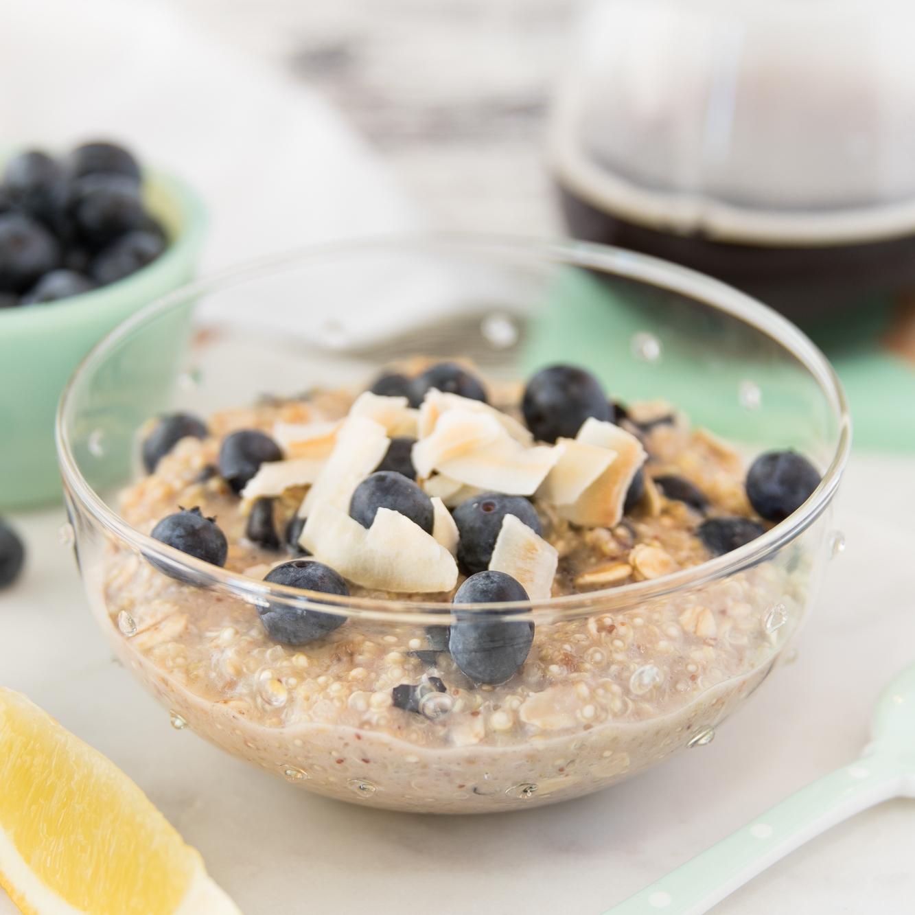 Bol de quinoa au bleuet et citron - Cette recette rapide et délicieuse propose une façon ingénieuse d'intégrer le quinoa à notre routine matinale!