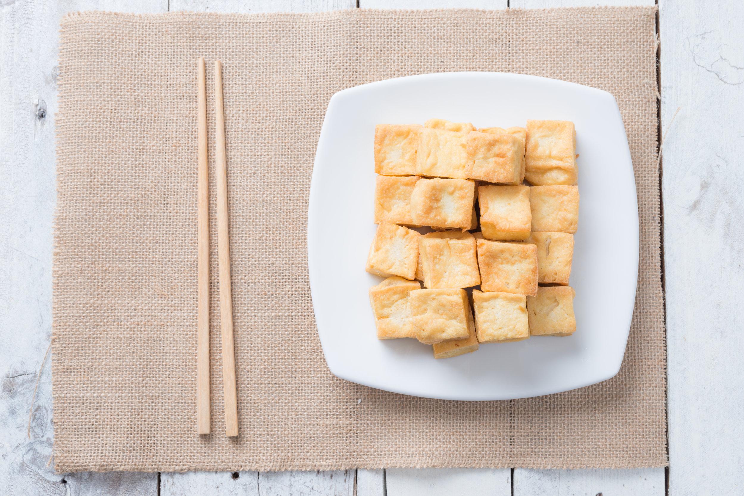 Truc #1 Le secret est dans la marinade - Faites mariner votre tofu de la même manière que votre viande! Quelques heures avant la cuisson, dans un contenant hermétique, ajoutez le tofu en cube ainsi que la marinade de votre choix. Faites revenir le tofu à feu moyen-fort avec la marinade jusqu'à ce que celui-ci devienne doré! La cuisson sur le BBQ est également délectable! Astuce du nutritionniste : J'ai surpris mes amis l'été dernier, en camping, quand j'ai sorti de ma glacière un morceau de tofu que j'avais préalablement fait mariner à la maison et que j'avais coupé en tranches épaisses! Imaginez le festin : un hot-dog réinventé composé du tofu mariné à l'asiatique grillé sur le feu de camps avec du fromage fondant... le tout déposé dans un pain baguette! J'en salive encore!