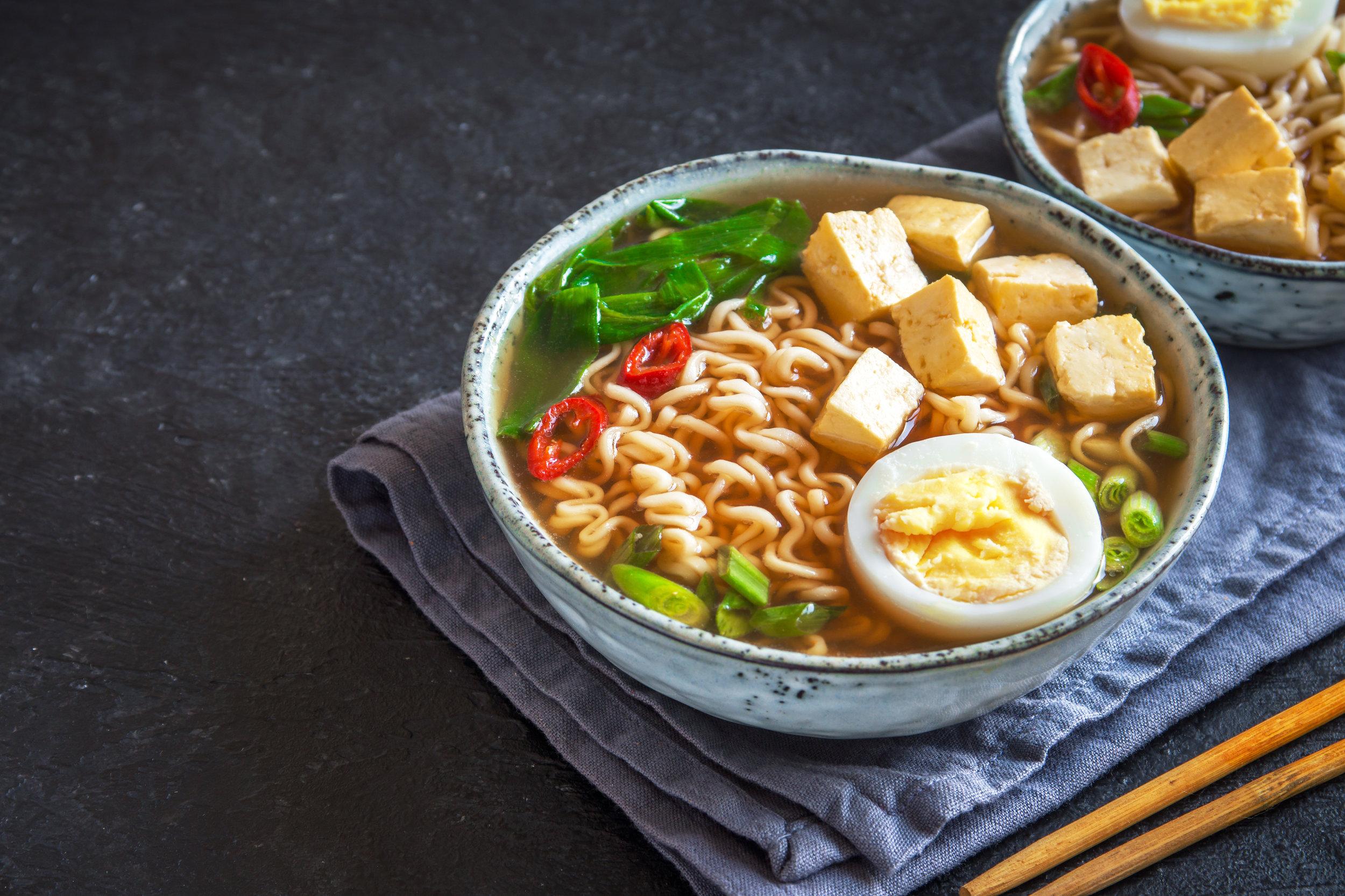 Truc #3 À son meilleur dans les plats en sauce! - Le tofu est à son meilleur dans les plats en sauce où il gagne le goût de celle-ci. Par exemple, cuisiner un cari de tofu ou remplacer la viande de votre recette de poulet au beurre par du tofu mettront ce dernier en valeur! Astuce du nutritionniste : Lors de votre prochain souper fondue, remplacez la moitié de la viande rouge sur la table par des cubes de tofu ferme. Vous serez agréablement surpris ; le tofu prendra le goût du bouillon à fondue et la texture d'un fromage cheddar très frais! Ingénieux et délicieux. S'il en reste, préparez simplement une soupe asiatique le lendemain midi avec des nouilles ramen, un oeuf cuit dur, des oignons verts et vos cubes de tofu de la veille.