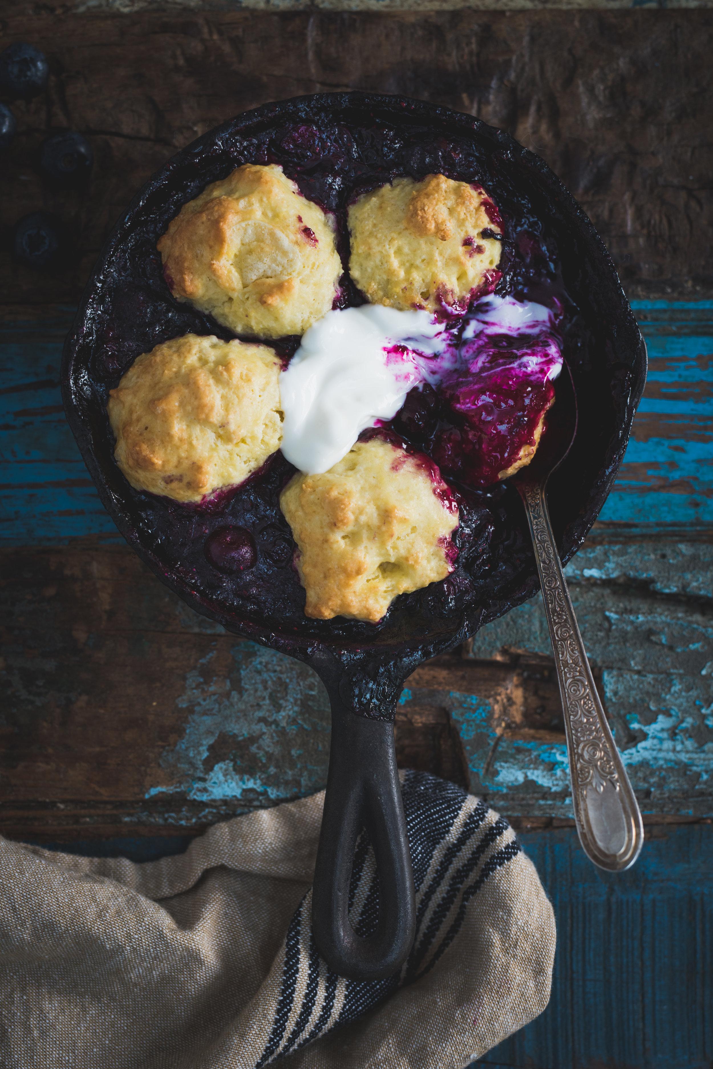 Cobbler aux bleuets Photographie tirée du livre  Ma table festive  Photographie culinaire : Catherine Côté Stylisme culinaire : Hubert Cormier