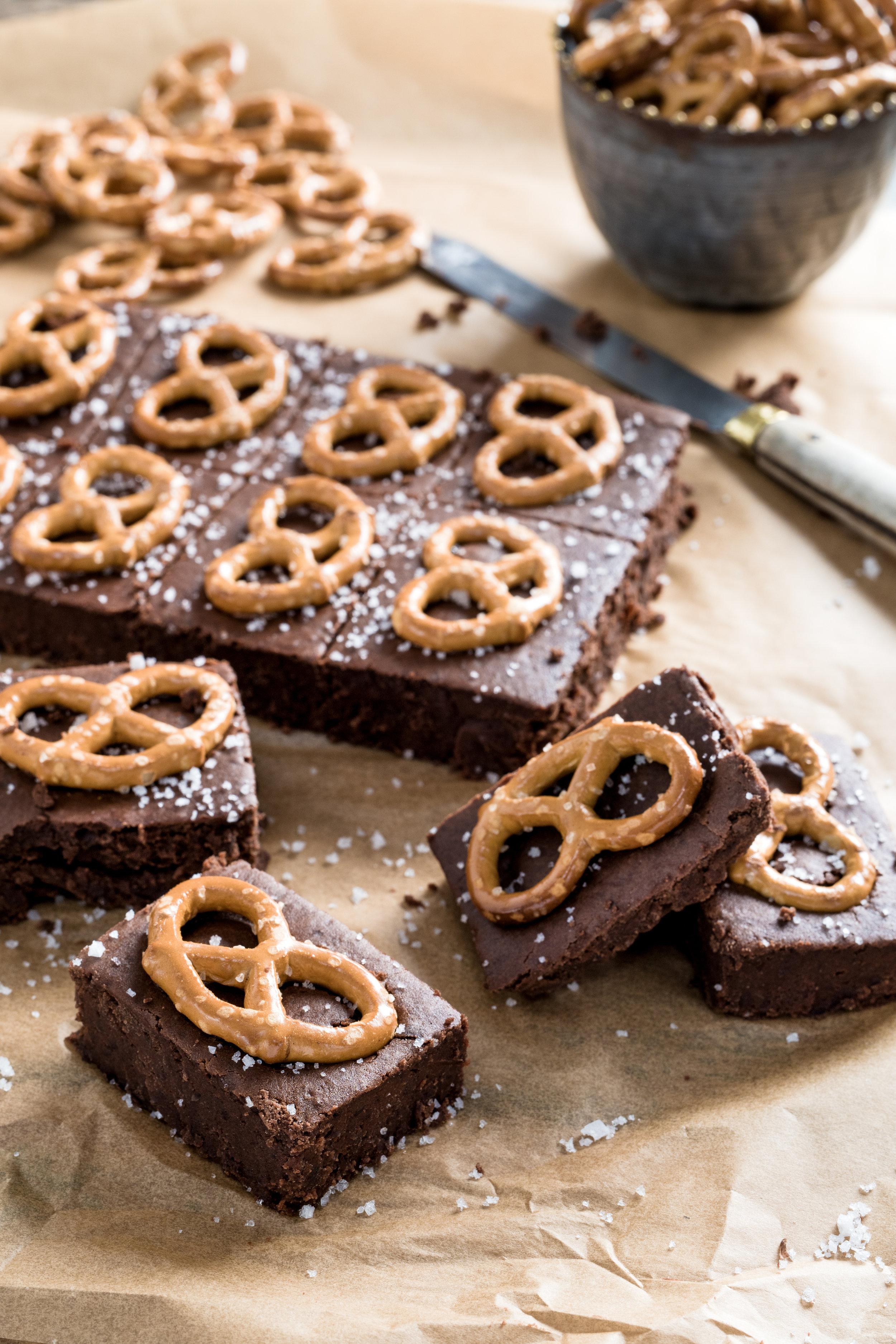 Brownies sucré-salé Photographie tirée du livre  Légumineuses & Cie  Photographie culinaire : Catherine Côté Stylisme culinaire : Hubert Cormier