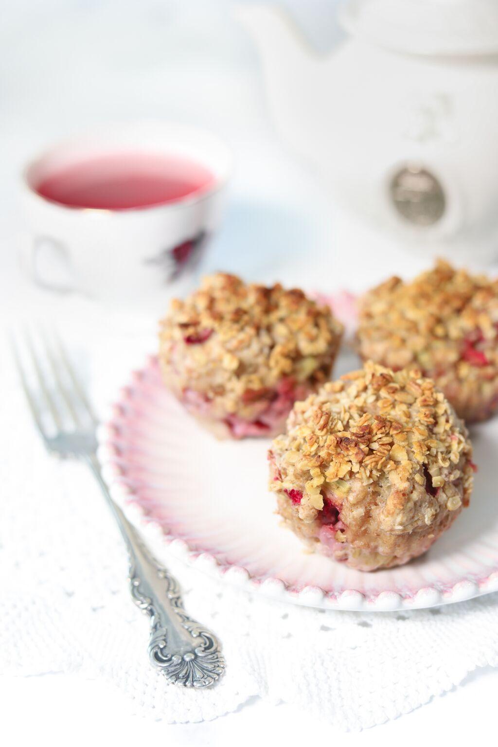 Muffins véganes aux fraises et à la rhubarbe Photographie culinaire : Hubert Cormier Stylisme culinaire : Hubert Cormier