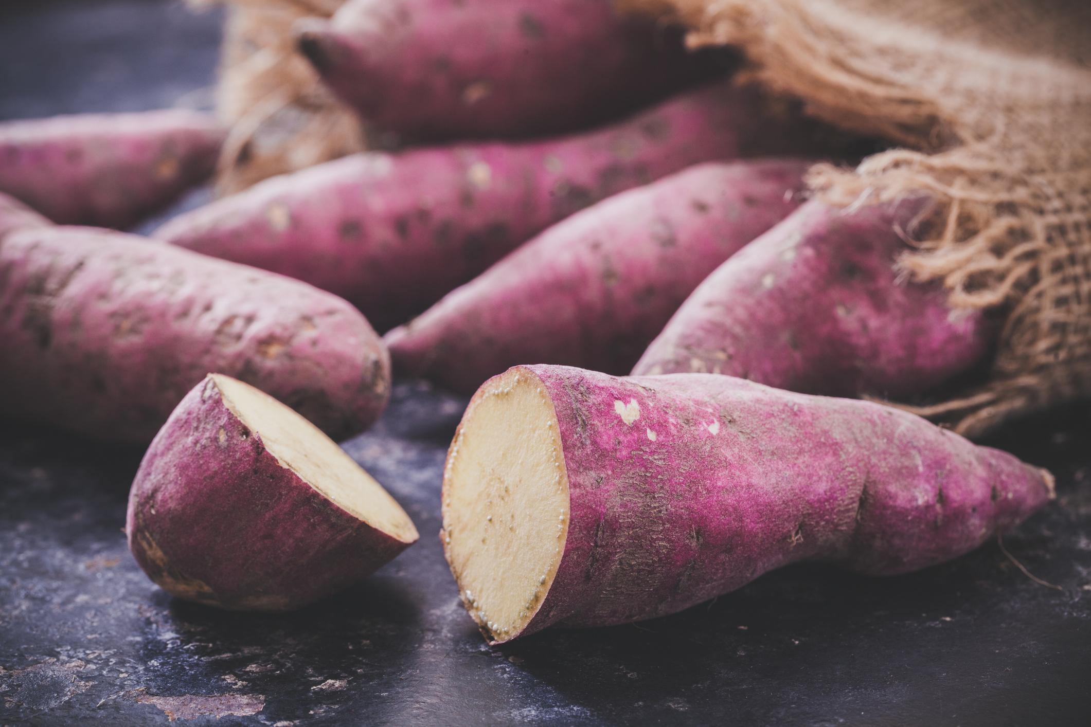 2. Patate douce pourpre - On entend toujours parler de la patate douce de couleur orangée, mais connaissiez-vous la patate douce pourpre? Celle-ci est cultivée dans les pays tropicaux puisqu'elle a besoin de chaleur pour croître. Elle est un peu plus sucrée et moins farineuse en texture que sa comparse orange. La patate douce mauve est aussi très parfumée. Ce légume est souvent utilisé dans les desserts, mais on le retrouve aussi dans les salades, en houmous ou servie en tartine avec un œuf poché! Ne tardez pas à découvrir cette variante!