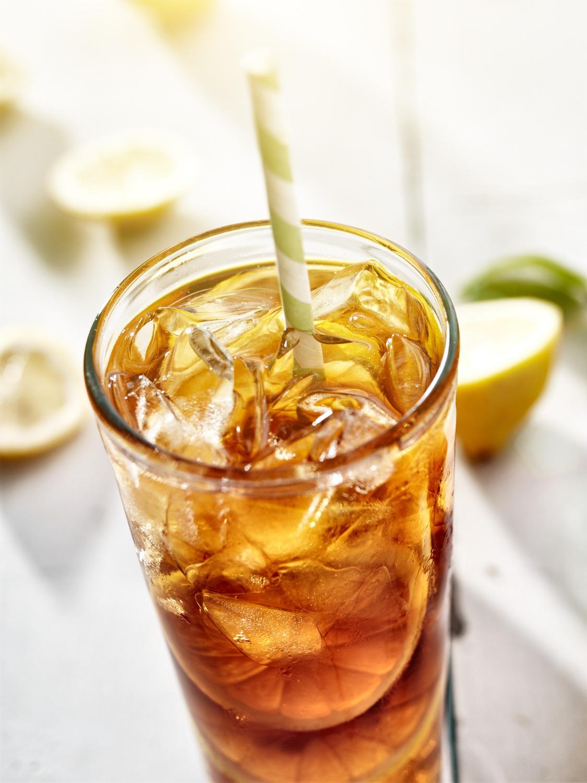 2. Buvez du thé glacé - Cette boisson rafraîchissante est très facile à faire chez soi et a un bon petit goût qui pourrait vous faire oublier votre boisson gazeuse préférée. Procurez-vous votre thé ou tisane favorite et faites infuser le double de la quantité de thé utilisé habituellement pour faire du thé chaud, afin que les saveurs soient plus prononcées. De plus, si vous le souhaitez, vous pouvez ajouter de l'eau gazéifiée pour retrouver le côté pétillant de la boisson gazeuse. Faites-en une grande quantité que vous mettrez dans des bouteilles réutilisables. Toute la famille pourra en bénéficier et avoir une boisson sous la main lors de vos activités. À apporter en pique-nique, lors de la sortie au parc du coin, lors des promenades en vélo, à la plage… Ce ne sont pas les occasions qui manquent!