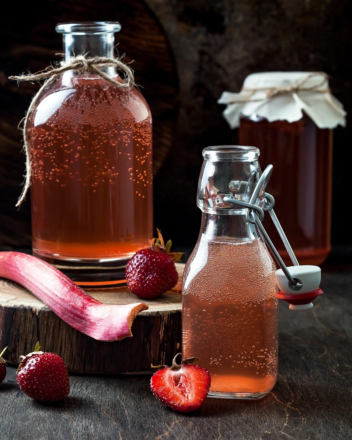 4. Essayez le Kombucha - Cette boisson pétillante vous rappellera le côté effervescent des boissons gazeuses qui est bien apprécié. Si vous ne connaissez pas cette boisson, il s'agit d'un thé fermenté sucré préparé à partir d'un mélange de bactéries et levures. Il faut faire attention, car certains Kombuchas contiennent un peu trop de sucre (jusqu'à 24 g par bouteille). Dans ce cas, optez pour un choix moins sucré ou diminuez votre portion. Vous pouvez aussi faire votre propre Kombucha, ce qui vous permettra de contrôler la quantité de sucre. Malgré tout, le Kombucha est préférable aux boissons gazeuses. De plus, c'est un aliment fermenté et tout le monde gagne à consommer davantage de produits fermentés.