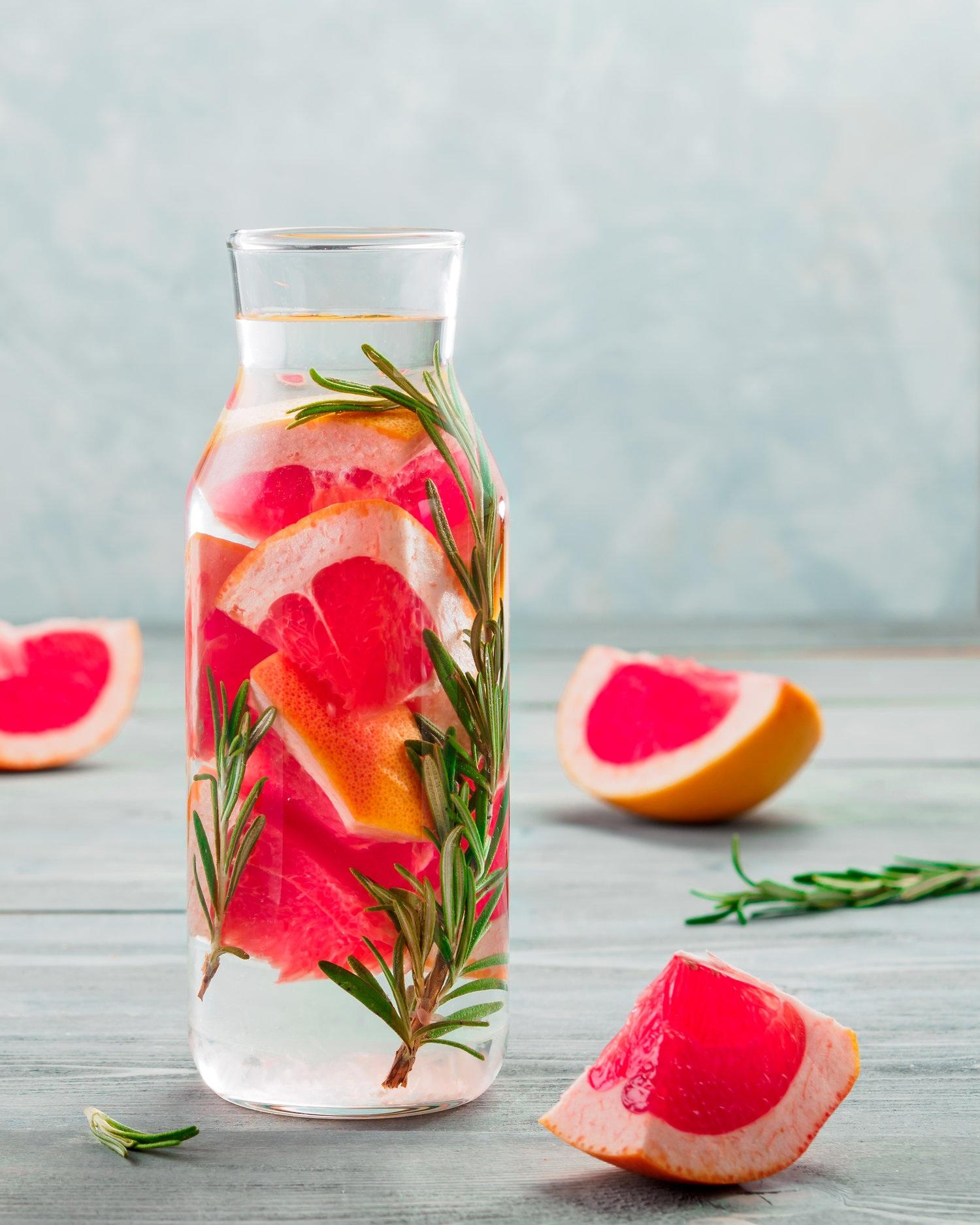 3. Aromatisez votre eau avec des fruits et des herbes fraîches - Pour certains, boire de l'eau « c'est plate ». Et si je vous proposais différentes façons d'agrémenter votre verre d'eau dans le but de délaisser votre boisson gazeuse, le feriez-vous? C'est un excellent truc pour augmenter votre consommation d'eau et du même coup réduire votre consommation de boissons gazeuses. Voici quelques combinaisons savoureuses de fruits, légumes et herbes qui vous feront apprécier l'eau : tranches de concombre et quartiers de pamplemousse, morceaux de pêches et basilic frais, quartiers d'orange et morceaux de fraises, citron ou lime et menthe, poire et bâton de cannelle, ananas et gingembre frais, concombre et citronnelle… les combinaisons sont infinies. Laissez aller votre imagination!