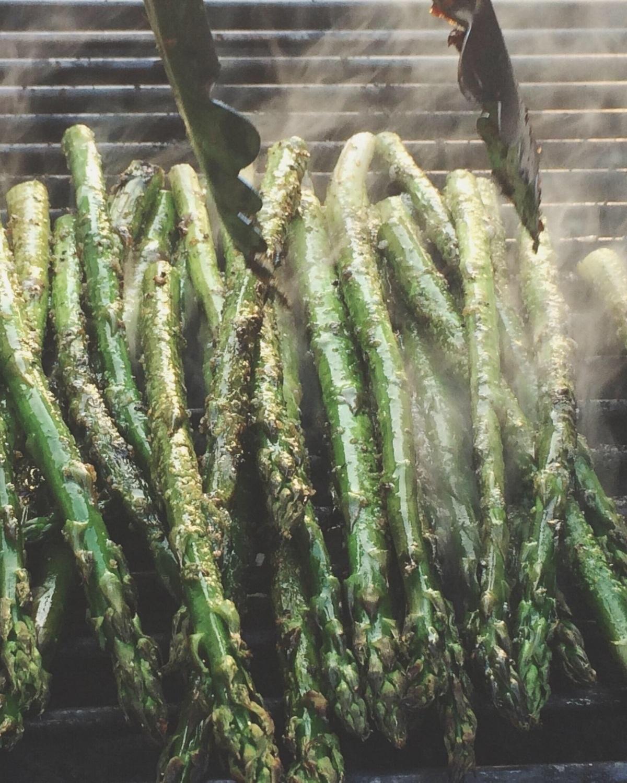 Grillées - Au four ou au BBQ, grillez vos asperges avec vos assaisonnements préférées. Ne faites pas l'erreur de masquer le bon goût des asperges avec trop d'épices ou de faire cuire ces légumes trop longtemps et d'ainsi perdre leur côté croquant! Un mélange de poivre en grain, d'huile d'olive et d'un soupçon de sel vous donnera toujours un résultat impeccable en laissant ressortir les saveurs de l'asperge.