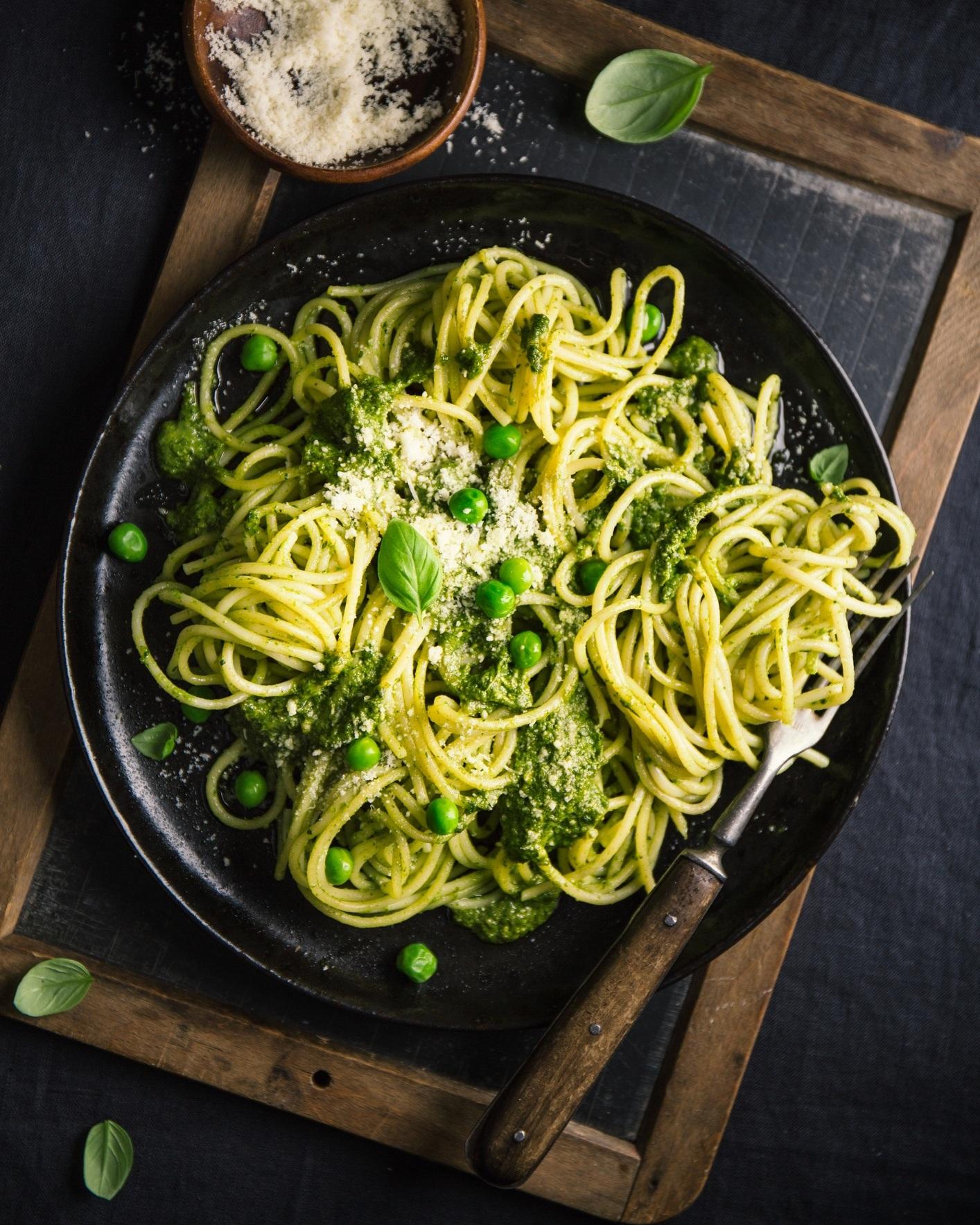 Dans votre pesto - Vous raffolez du pesto? Intégrer des asperges cuites à votre pesto permet d'augmenter le volume de cette délicieuse sauce tout en ajoutant une bonne dose de légumes à son assiette. Ajoutez tout simplement les asperges au dans le robot culinaire en même temps que tous les ingrédients habituels du pesto. Servez le tout sur de délicieuses pâtes fraîches.