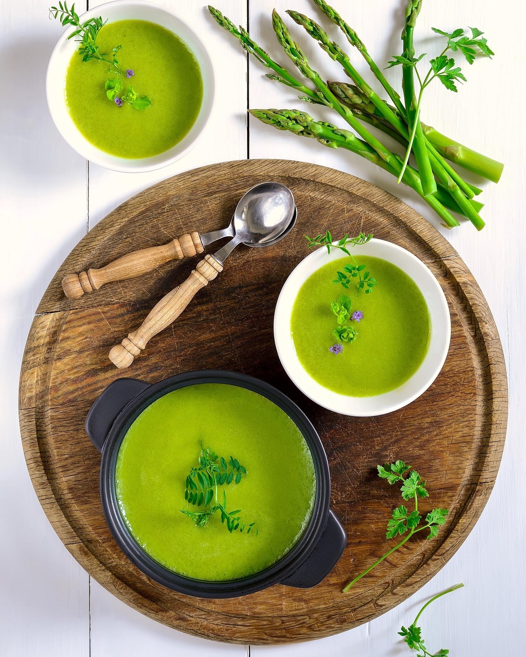 En soupe froide style gaspacho - L'envie de manger une bonne soupe chaude en entrée s'estompera bien vite avec les vagues de chaleur qui plomberont prochainement sur le Québec. Ma solution pour ceux qui veulent trouver une alternative à la salade verte en entrée cet été : la soupe froide asperge et menthe. À déguster avec un morceau de pain et des petites bulles sur le patio. La différence entre une soupe froide et un gaspacho est tout simplement la cuisson. On peut préparer facilement un gaspacho avec des concombres, des tomates ou des avocats, mais l'asperge nécessite une cuisson pour obtenir une texture plus lisse et homogène. Il faut donc préparer une soupe, puis la faire refroidir.