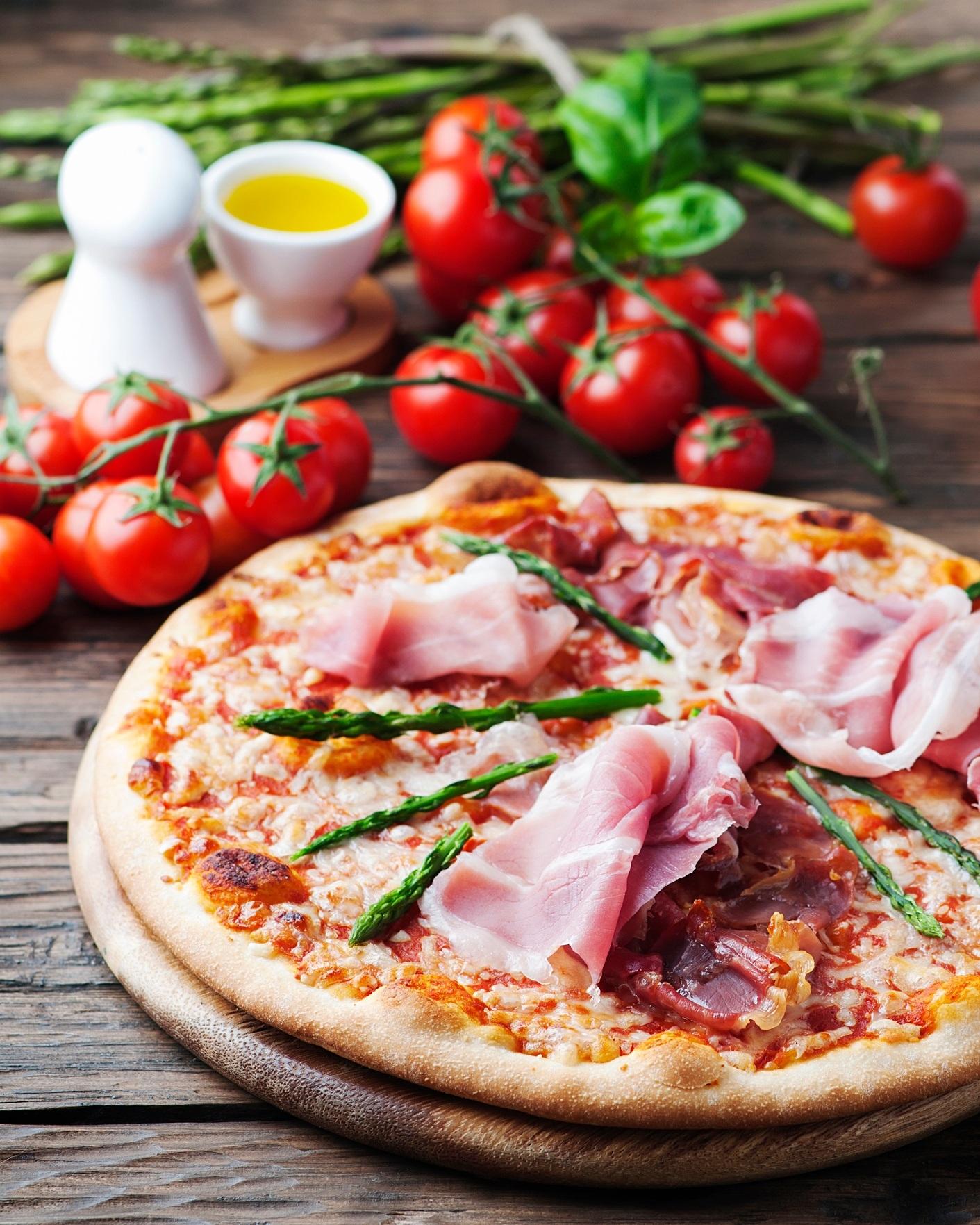 Sur votre pizza - J'ai commencé à mettre des asperges sur ma pizza lorsque je testais des recettes de pizza-déjeuner en vue de mon prochain livre, Déjeuners protéinés, qui sortira au mois d'août prochain. Accompagnés d'œufs et d'une sauce hollandaise allégée, l'asperge m'apparaissait alors comme le légume de choix. Dorénavant, j'ajoute des asperges au centre de la table lors de mes soirées pizza entre amis. Chacun garnit sa pizza comme il le souhaite et je vous assure que les asperges s'envolent très rapidement.