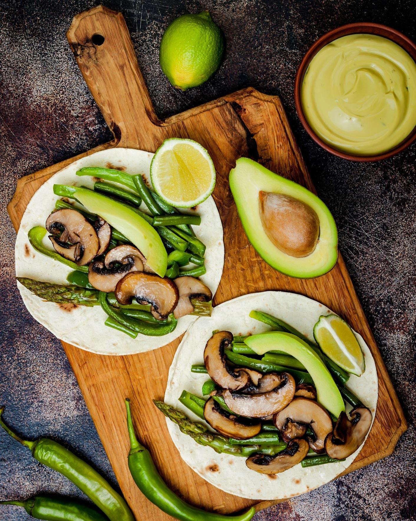 Dans vos tacos - Drôle de combinaison me direz-vous? Je me faisais la même remarque la première fois qu'on m'a servi des asperges dans un tacos lors d'une visite au restaurant. Toutefois, j'ai été charmé par l'originalité de cette idée plutôt inhabituelle et depuis, les asperges font partie de plusieurs de mes plats mexicains. Personnellement, j'adore la combinaison asperges, oignons marinés, sauce piquante et guacamole.