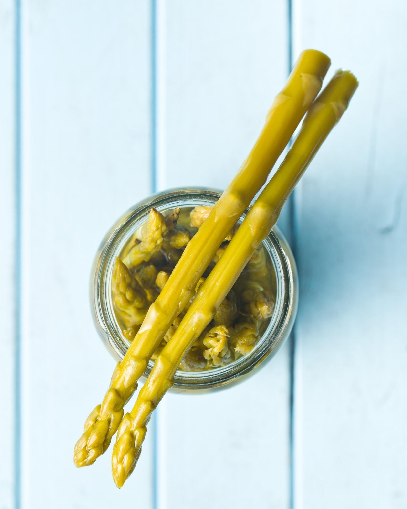 Lacto-fermentées - De la même façon que l'on concocte des cornichons fermentés avec des concombres, les asperges peuvent être mis en valeur dans une pot maçon. Avis aux amateurs de produits fermentés maison; la lacto-fermentation des asperges est un beau défi légèrement plus ardu que la fermentation de concombres ou de carottes. Le mot clef serait de jeter un coup d'œil et de tester les asperges en fermentation fréquemment. Asperges, oignon verts, sel, eau et sucre (que vous pouvez remplacer par deux tranches d'oranges) sont les seuls ingrédients requis! Allez, lancez-vous dans la fermentation! Vos asperges seront prêtes à déguster en deux à quatre jours et se conserveront au réfrigérateur pendant trois mois!