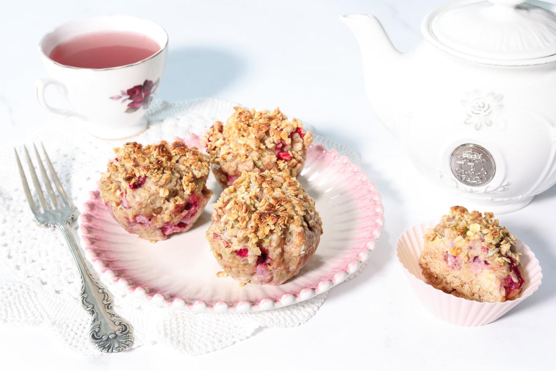Idée de collation pour les enfants: muffins véganes aux fraises et à la rhubarbe -